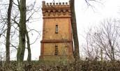 Zabytkowa wieża z podziemną komorą