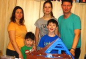 Buduje katedrę bez instrukcji, ale z całą rodziną