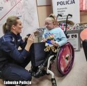 Policjanci zbierają zakrętki dla 14-letniej Wiktorii