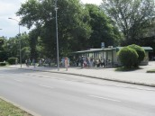 Ławki tylko dla oczekujących na autobusy