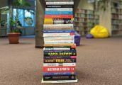 Góra nowości w bibliotece czeka na czytelników