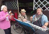 Dobra muzyka, jedzonko… Seniorzy umieją się bawić