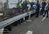 Bus z imigrantami zatrzymany przez policjantów